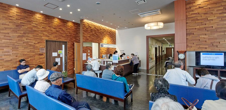 入り口から入って、左側はリハビリ室と一般診察室がある慢性期医療のゾーンです。